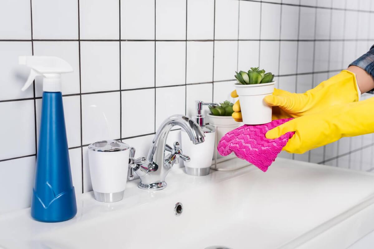 2. Почистване на растенията в банята